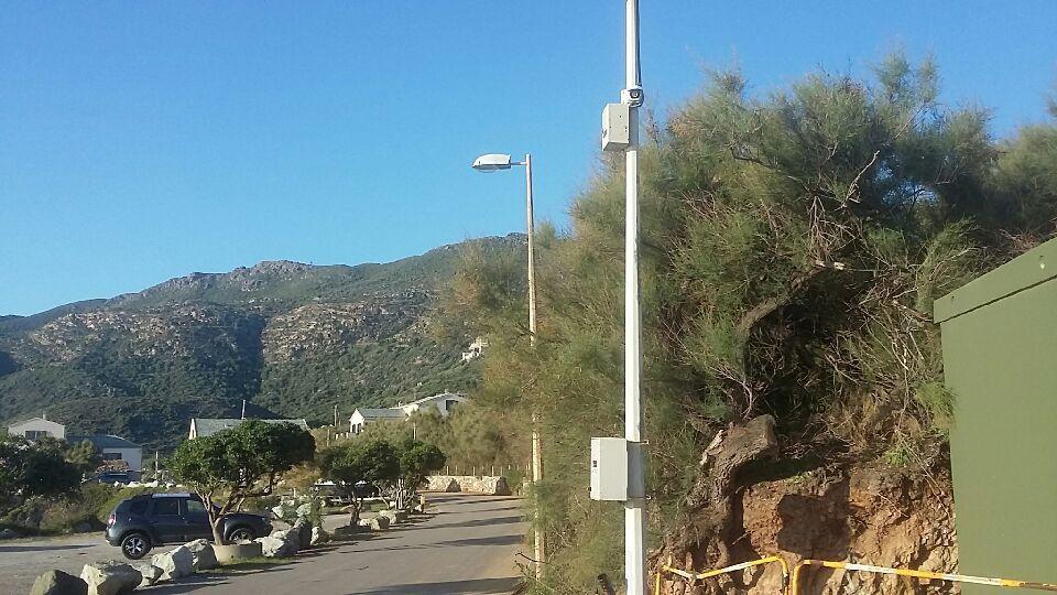 Foto de una cámara CCTV instalada frente a una playa.