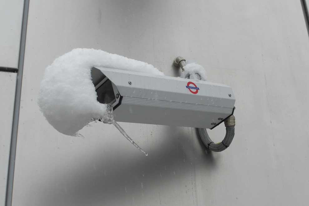 cámara bajo la nieve
