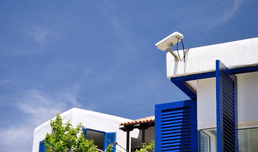 Cámara CCTV filmando la entrada a una vivienda unifamiliar