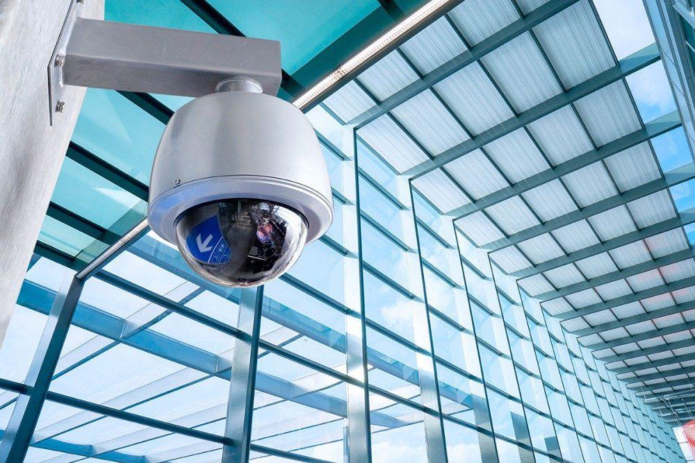 Foto de una cámara que monitorea un edificio de oficinas