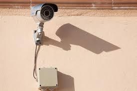cámara que protege una puerta de entrada