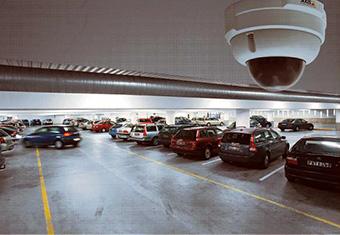 Foto de una cámara de circuito cerrado de televisión en un estacionamiento